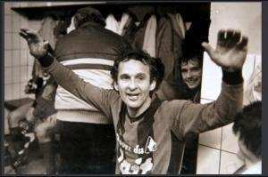 Photo inédite J.Lentini : 1983-1984, c'est gagné ! Derrière Edhem, Hans- Peter Lipka est tout sourire…